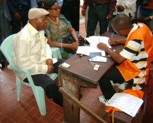 Etienne Tshisekedi avec son epouse s'enrollent pour les elections de 2011